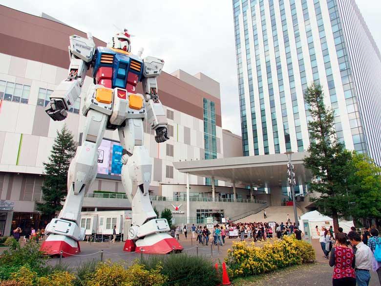 Foto de Gundam, robô em tamanho real (13 m de altura).