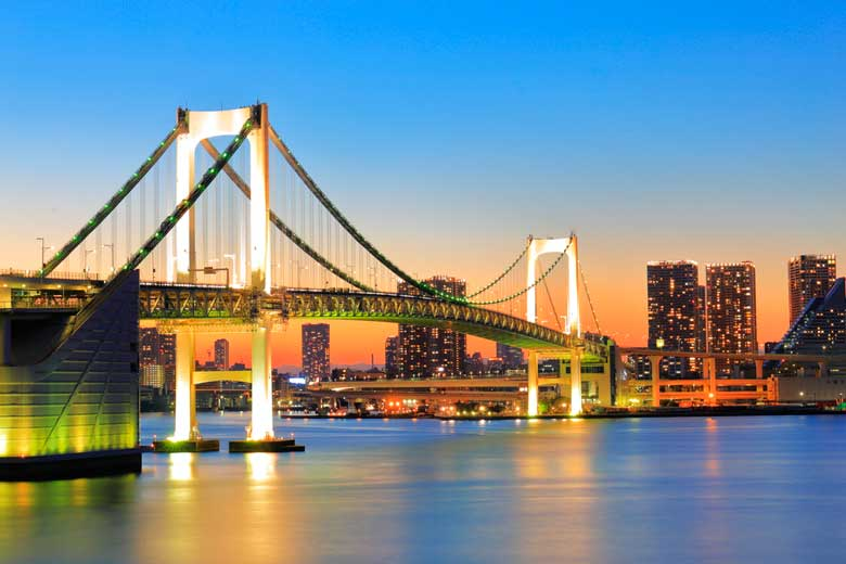 Foto noturna de Rainbow Bridge, ponte suspensa sobre a Baia de Tóquio que liga Shibaura a Odaiba.