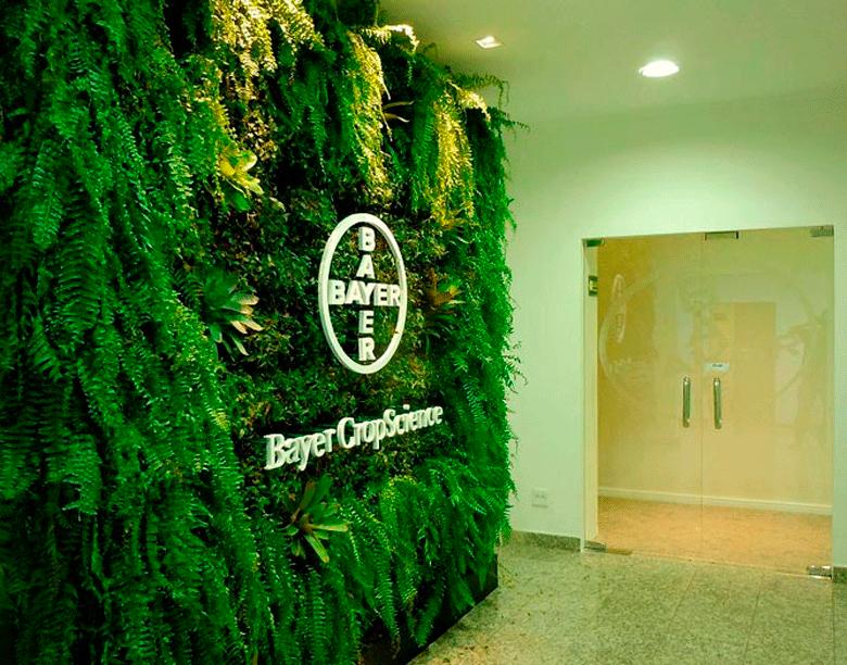 Foto de parede verde no escritório da Bayer, de autoria de Sky Garden Envec